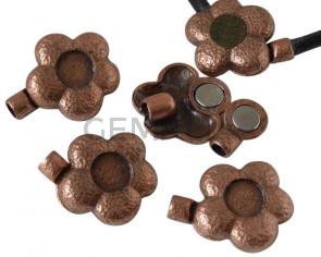 Cierre Zamak flor Imán. SinPiedra. 39x30mm. Int.Piedra 12mm. Cobreviejo. Int.5mm