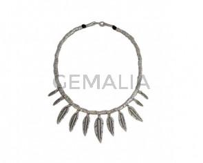 Collar plateado plumas