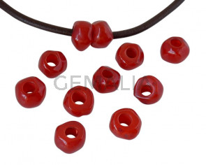 Resina. Rondel irregular 9x9x7mm. Rojo opaco. Int.3mm aprox. Calidad superior.