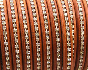 REGALIZ Leather cord with strass. Oval 10x6mm. Camel-s. Crystal.