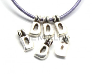 Zamak. Pendant. Letter D. Silver color. 9mm. Inn.2.2mm.